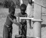 3-africa-children-pumping-water-mahopa