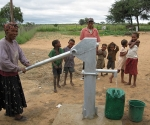 7-africa-women-at-pump-dewxe_pumping1